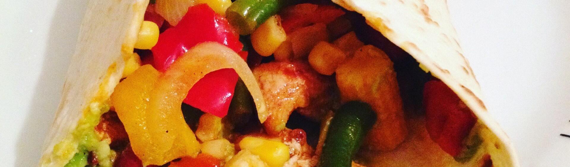 Tortilla met kip, guacamole & zure room en groentjes