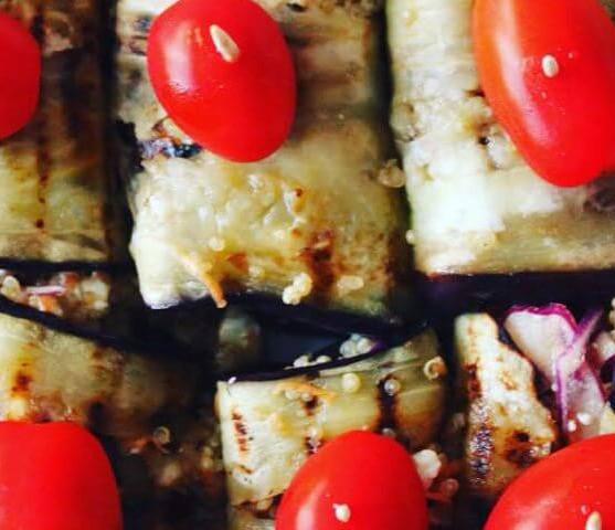 Auberginerolletjes met quinoa, feta en groentjes