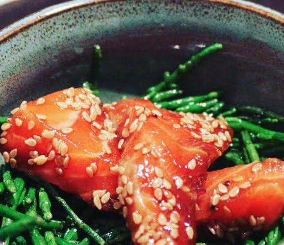 Rauwe zalm met soja, sesam en zeekraal