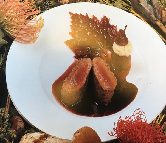 Hertenkalfsnootjes met peer gepocheerd in rode wijn en een puree van knolselder