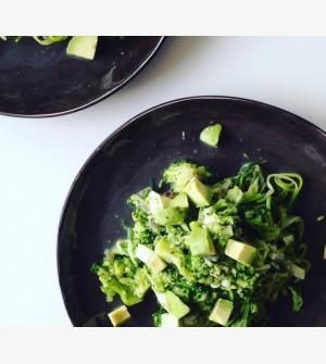 Courgettenoedels met broccoli, geitenkaas en avocado
